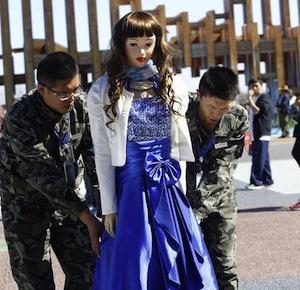 中国で女性ロボットが客に乱暴され重傷 顔をつねられるなどの暴行も