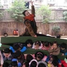 美女教師が児童「人肉サンドイッチ」写真で炎上 苦悶の子供の前でニッコリ