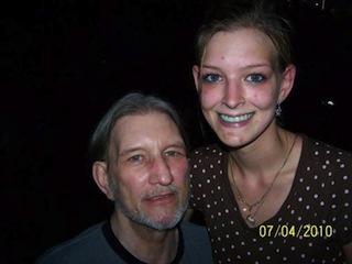※左が亡くなったエドワーズ氏。右は娘のティファニーさん。