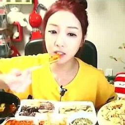 韓国の奇妙な流行「晩飯セクシー生放送」 美女が食べまくる姿に男性歓喜