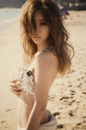 ※画像は『EPISODE 1 ~紗栄子ファースト写真集』より。Amazon提供。
