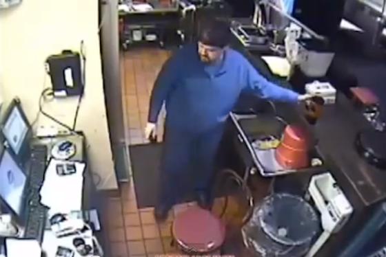 ※公開された「犯人」である店長の映像(同行為の場面ではありません)。