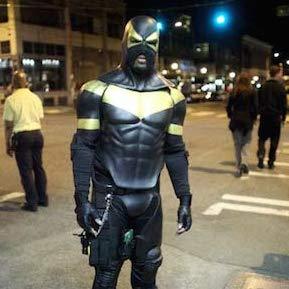 ボディスーツでスーパーヒーロー活動する市民が増加 深夜パトロール、駐車違反…