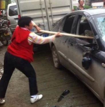 中国で犬泥棒を市民がモフモフとリンチ オバちゃんが犯人の車をモッフモフ
