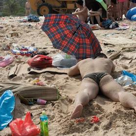 中国のビーチがまるでゴミ捨て場 362トン遺棄物の地獄絵図