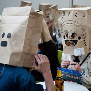顔を紙袋で隠した合コンが開催! 眼だけしか見えない衝撃の様子…