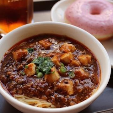 ミスド「麻婆豆腐麺・ドーナツセット」油と砂糖と塩分のアートだった! アメリカ人も驚愕した至高の味わい