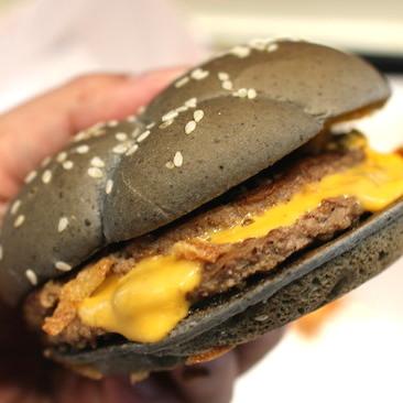マクドナルドのイカスミバーガー食べてみた! ハロウィンのゾンビ仕様という意外な美味しさ!
