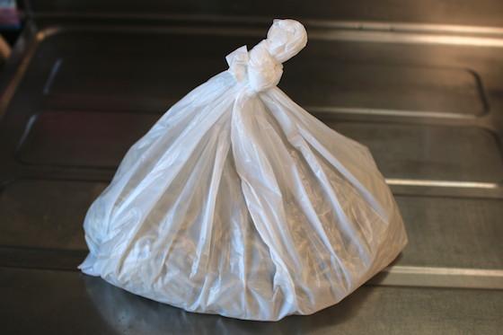 ビニール袋の中からすでにオーラを放っている…。