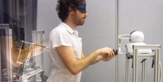 被験者の指先の動きを、背中側の機械が再現するのが「幽霊発生装置」。被験者はうしろに「なにか」を感じることになる。