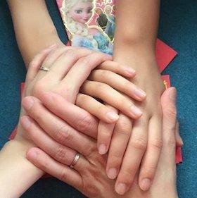 夫と連れ子と手を重ね。