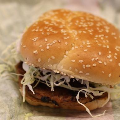 マック新作バーガーの見た目がエグい…→でも味は極上!!! ハワイアンバーベキューポーク、食べたらご飯が欲しくなった!!!