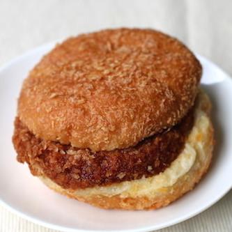 サンクスのメンチカツバーガーが超人気の理由 揚げドーナツでメンチをサンド、最高ボリュームで最強に美味