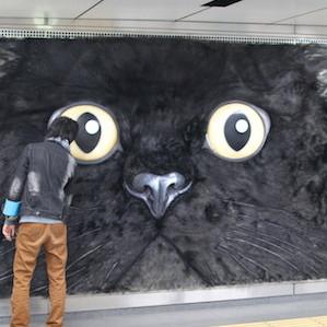 渋谷の5メートル巨大ネコをモフモフしてみた! クロネコヤマトの立体看板、毛がフカフカで抱きつくと超気持ちいい!