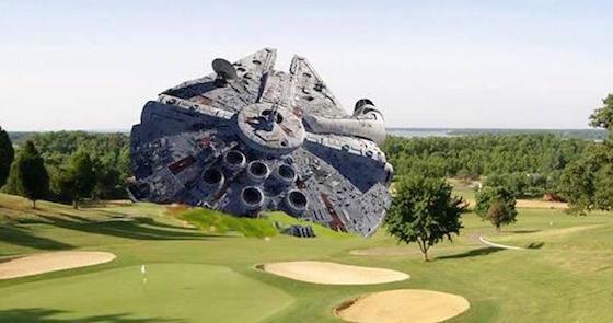 フォードさんの飛行機が墜落したゴルフ場に、ミレニアム・ファルコンが…。