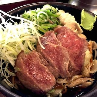 「立ち食いステーキそば」は日本一リッチな美味さのそばメニュー ニンニクたっぷり牛肉レア肉×そばで、旨味トロける味わいに