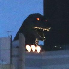 歌舞伎町に実寸大ゴジラが出現、目が光、煙吐く!!! 60周年ゴジライヤーのビッグサプライズ