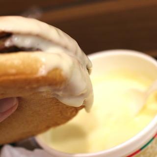 バーガーキングのチーズフォンデュセットは、チーズ好きの極楽メシ!!! 飲みほせるほどのチーズソースに、バーガーをフォンデュせよ!