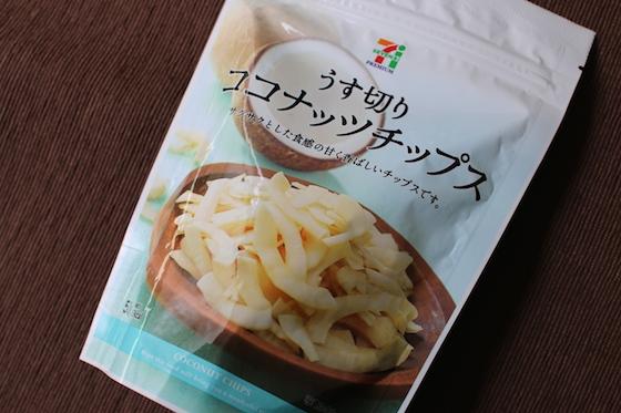 セブン-イレブンで販売されている「うす切りココナッツチップス」(税込213円)。