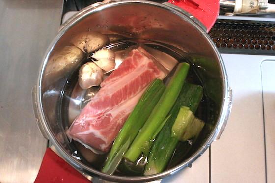 豚肉がかぶるぐらいの水で煮ました。