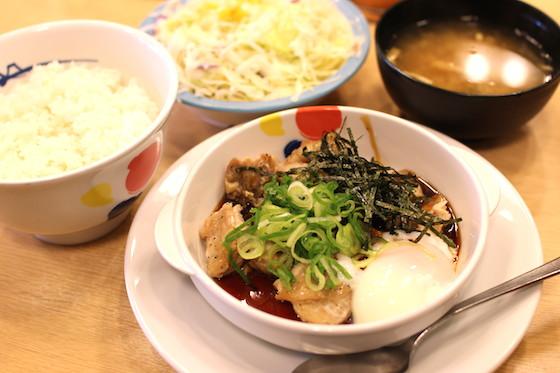 サラダとみそ汁もついてきて、お値段は630円。ご飯は大盛り、今なら無料です!
