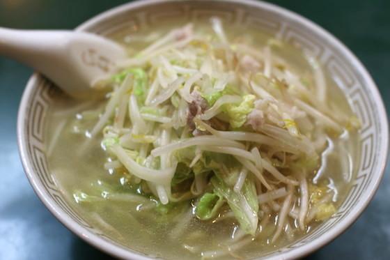 愛川欽也さんは、この透明なスープのタンメンを気に入って、一般客に紛れてよく食べていたという。