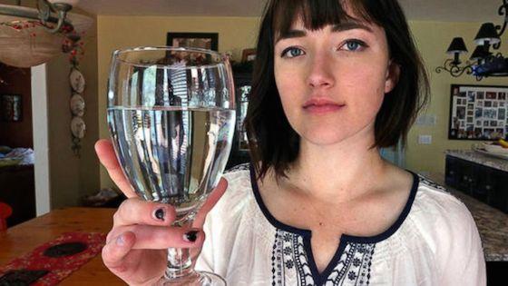 写真はfacebookより。彼女が世界に35人しかいないという水アレルギーに苦しんでいる。