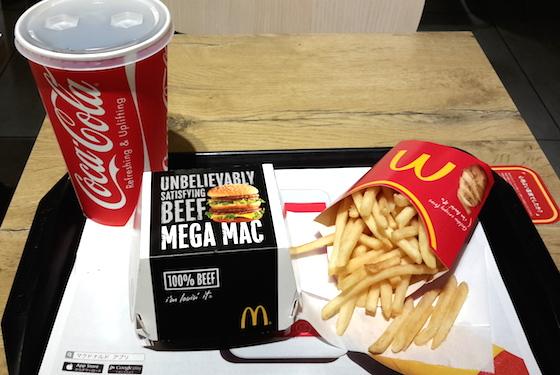メガマック・スーパーセット(950円)はマクドナルド原宿竹下通り店で食べられる。ドリンクは甘い炭酸飲料のみなので、合計カロリーは2000近くになる。