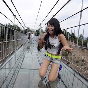 中国、ガラス製の橋が割れ大パニック 地上1080メートルの恐怖事故、管理者側は「問題ない」