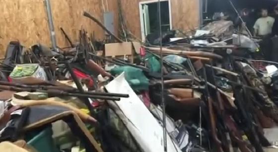 見渡すかぎりの銃、銃、銃。これがふつうの住宅から押収されたわけです。