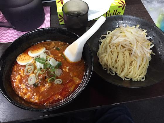 荒木屋の「冷やし五目麻婆麺」(850円)。野菜もシャキシャキ、辛さと旨さが両立している。