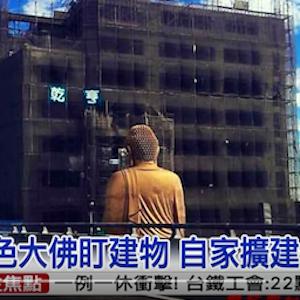 巨大仏像と隣接しすぎなビルが怖いと話題 仏像がビルのなか覗き込む構造