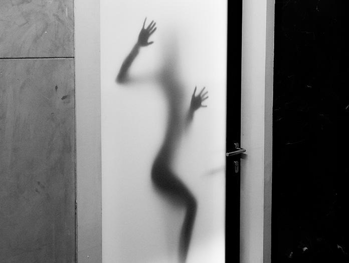 男性トイレの女性ポスターに非難殺到 凝視する女性たち…に隠された意外な効果とは?