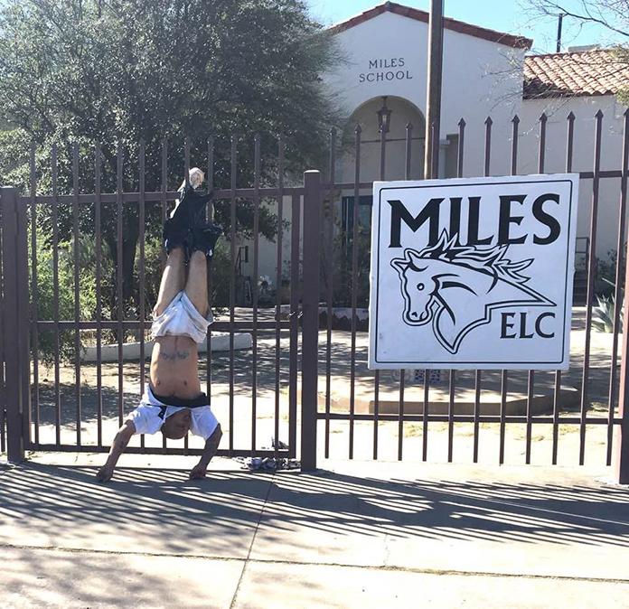 パンツ引っかかって捕まった泥棒の写真、笑えすぎると話題! 逆さ吊り状態で逃げられず逮捕