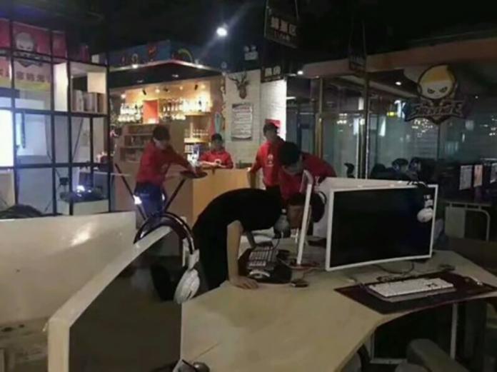 【衝撃画像】ネットカフェでゲームに負けた男、頭でモニターつきやぶり重傷 怒ってPCに頭突きで、首を切る大ケガ