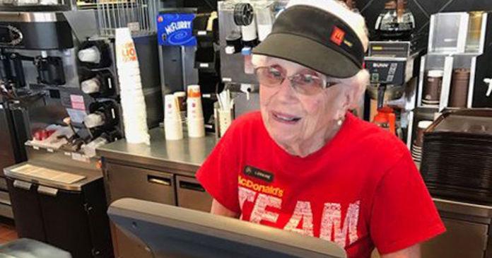 94歳のマクドナルドおばあちゃん店員が話題 45年間勤続で、スマイル提供してきた