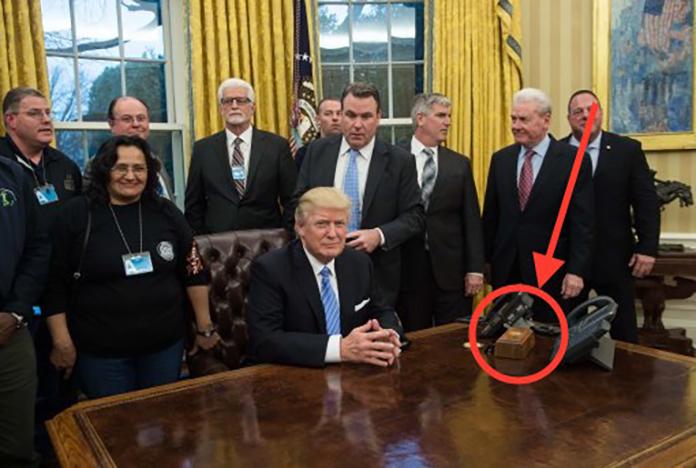 トランプ大統領の机上の謎のスイッチ、核ミサイル用かと話題に →押すと部下がコーラ持ってくるボタンだった( ^ω^)_U