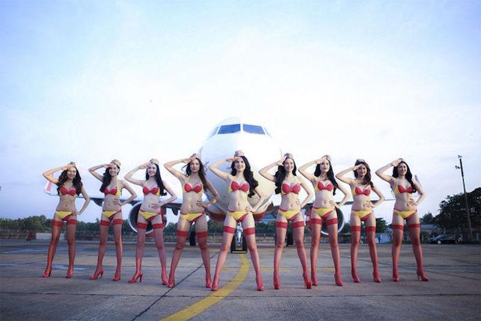 水着スチュワーデス航空会社、ビキニ接客を自粛へ