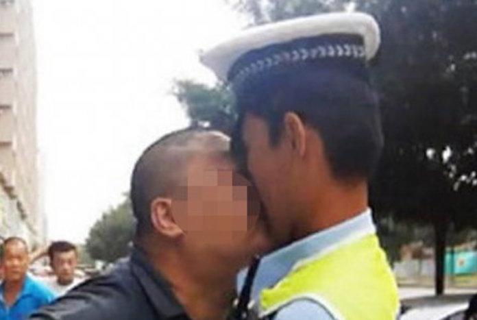違法駐車を取り締まられた男、男性警官に激怒からのディープキス 「くちびる泥棒」として指名手配中