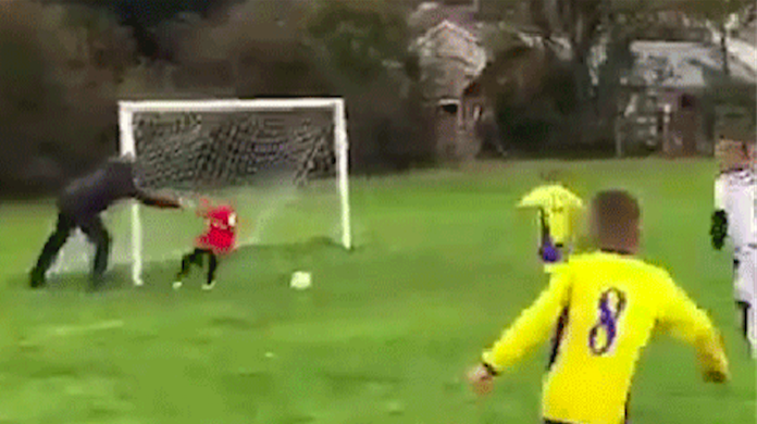 サッカーで子供つきとばしてゴール防いだ父親 過保護?モンペア?議論呼ぶ