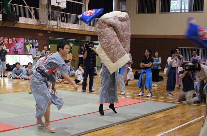全日本まくら投げ大会の試合の様子03
