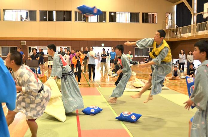 全日本まくら投げ大会の試合の様子