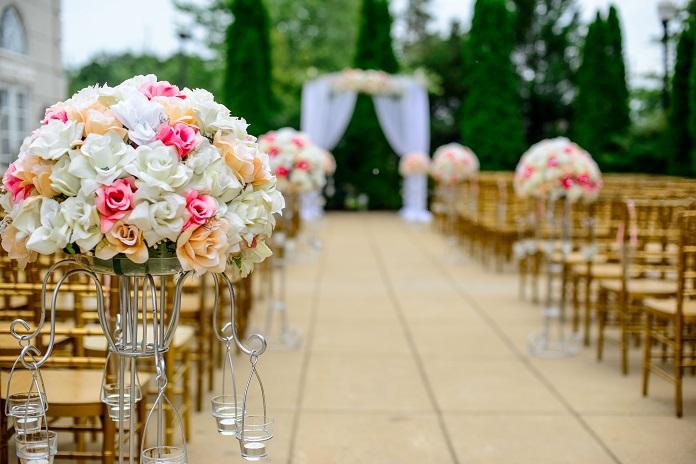 結婚式では動画付きの手紙が人気!参列者へのお礼や二次会の案内にも応用できる