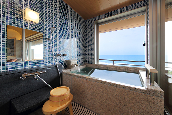 鴨川館の半露天風呂付き部屋風呂